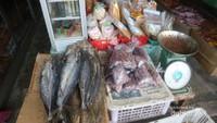 Selain amplang, tersedia juga aneka olahan makanan laut yang sudah dikeringkan