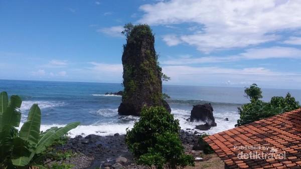 Batu Karang setinggi tiang menjadi ciri khas pantai Watu Tihang