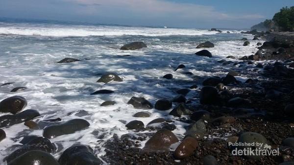 Bibir pantai di Watu Tihang dipenuhi batu batu yang cukup besar