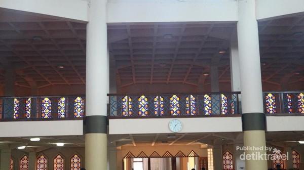 Ruang salat utama terdiri dari dua lantai