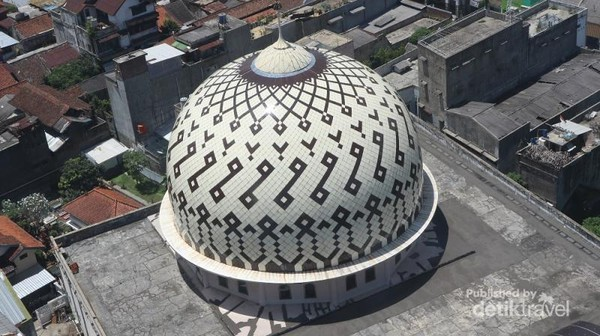 Kubah utama masjid, yang dulunya pada awal berdiri sempat berbentuk limas besar bersusun tiga