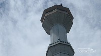 Masjid Raya Bandung memiliki dua buah menara setinggi 81 meter