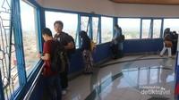 Pengunjung bisa naik ke atas menara dan menikmati pemandangan kota Bandung dari ketinggian
