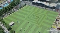 Lapangan rumput sintestis di halaman depan Masjid yang menjadi favorit warga dan wisatawan yang berkunjung.
