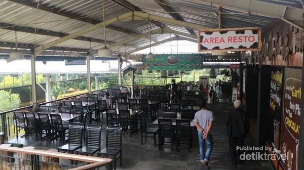 Restaurantnya sangat luas, dengan konsep open air