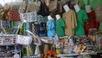 Aneka kerajinan tangan manik-manik dan kaos khas Kotabaru juga tersedia di toko oleh-oleh ini