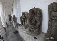 Pada umumnya arca menggambarkan bentuk makhluk mitologi dan dewa-dewi pada jaman dahulu