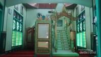 Mimbar khotib yang terbuat dari kayu ulin, dan konon sudah berusia lebih dari satu abad, yang ada di Masjid Sultan Suriansyah