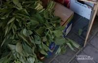 Sayur sayuran mentah yang dijual di supermarket. Jamaah membelinya untuk dimasak