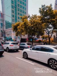 Arus lalu lintas yang lancar dan pengguna jalan yang tertib. Sehingga terlihat rapih tanpa kemacetan.