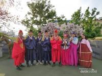 Memakai hangbok (pakaian tradisional) Korea Selatan yang sangat unik dan cantik.