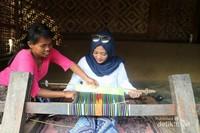 Mencoba menenun yang diajari langsung oleh masrakat setempat.