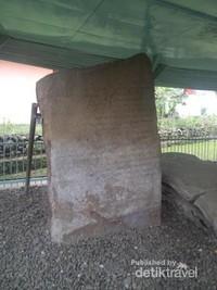 Ada delapan buah prasasti yang terdapat di kompleks ini, yaitu Prasasti Pagaruyung I, II, III, IV, V, VI, VII dan VII.