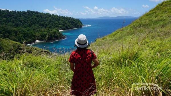 Berdiri di atas bukit memandang lautan lepas dengan pemandangan yang sungguh indah , matahari yang terikpun tidak dirasa.