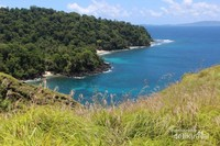 Dari bukit ini pemandangan laut yang biru dengan pantai berpasir putih dan pepohonannya sungguh luar biasa.