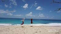 Pasirnya yang putih dan air lautnya yang jernih membuat siapa saja ingin bermain di sana.