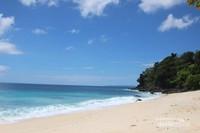 Pantainya sendiri cukup bersih dan tidak banyak sampah , semoga tetap demikian adanya.