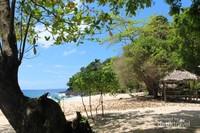 Di tepi pantai terdapat warung-warung yang menjual makanan maupun minuman .Toilet untuk bilas juga banyak terdapat di sekitarnya.