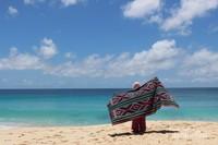Pemandangan pantai yang indah sayang dilewatkan begitu saja , walau panas tetap bertahan di pantai .