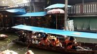 Ada berbagai jenis perahu yang bisa dipilih, baik yang beratap maupun tanpa atap