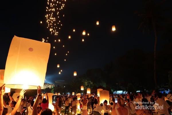 Ribuan lampion diterbangkan oleh ribuan umat dari berbagai latar belakang.