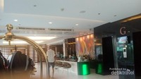 Suasana lobby Nouvo City Hotel, tampak petugas resepsionis yang mengenakan busana muslimah