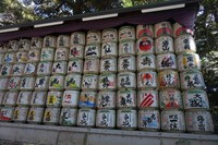 Tong berisi sake yang juga didonasikan untuk Meiji Jingu
