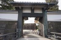 Salah satu pintu gerbang masuk Imperial Palace dengan tembok batu yang mengelilingi istana ini