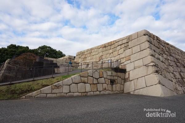 Sisa dari Castle Tower yang dulunya merupakan menara istana tertinggi dalam sejarah Jepang
