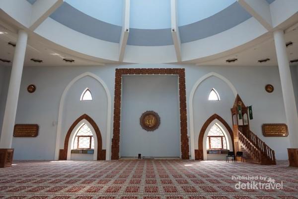 ruangan di dalam masjid Istiqlal Sarajevo