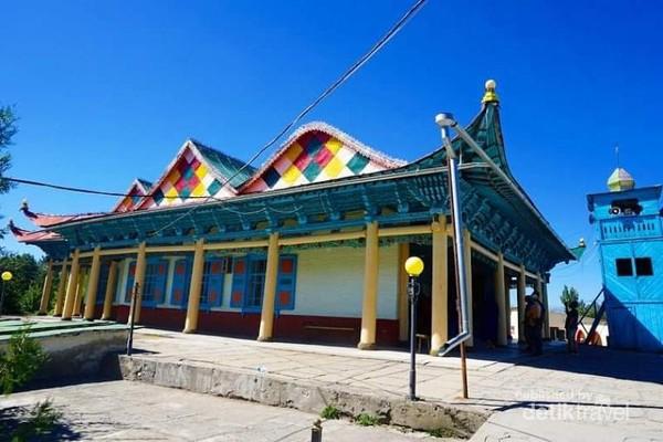 Masjid Dungan dengan menara berbentuk Pagoda