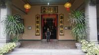berpose di pintu masuk rumah Tjong A Fie