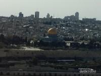 Haram Esh-Sharif atau kompleks Al Aqsha dilihat dari bukit zaitun
