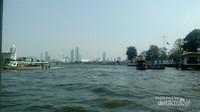 Transportasi perahu di antara hiruk pikuk Bangkok