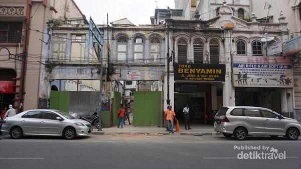 Bangunan pertokoan di Kota tua yang sedang dibangun kembali