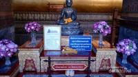 Ada Patung kecil pula di depan Reclining Budha