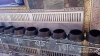 Masih di belakang Patung Reclining Budha, ada tempat untuk menaruh koin