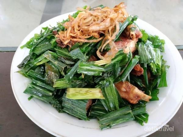 Ayam tangkap, khas Aceh yaitu potongan ayam yang di Goreng dengan daun daun khas