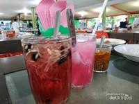 Minuman khas air timun kerok plus sirup merah dan air kelapa plus sirup juga