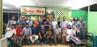 Suasana foto bersama bukber bersama kawan seangkatan teknik Mesin unsyiah angkatan 2000
