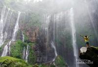 Kemegahan air terjun Tumpak Sewu yang berada di antara Kabupaten Malang, Jawa Timur.