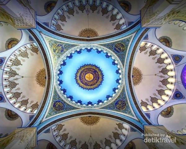 Melihat kubah warna birunya yg cantik, mengingatkan kita pada oleh2 simbol mata Turki sebagai penolak bala.