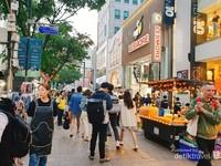 Suasana turis dan warga lokal di Myeongdong.
