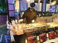 Penjual street foods khas Korea di Myeongdong.