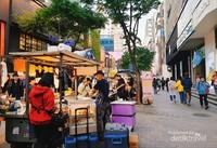 Gerai-gerai pinggir jalan yang rapi dan bersih di Myeongdong.