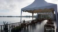 Bisa menyantap makanan sambil menikmati keindahan Danau Toba di Balige