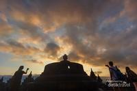 Para wisatawan yang mengabadikan sunrise