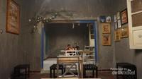 Kafe ini terdiri dari beberapa ruangan yang masing-masing memiliki tema atau corak tersendiri