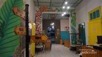 Berbagai aksesori dan warna-warni cafe yang cerah menjadikan cafe ini menarik