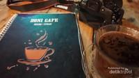 Sambil memilih menu apa yang akan dipesan, pengunjung bisa menikmati berbagai minuman yang ada di kafe ini
